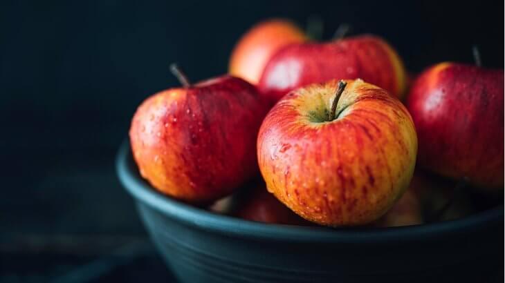 صورة تفسير حلم اكل التفاح الاحمر , اكل التفاح في المنام
