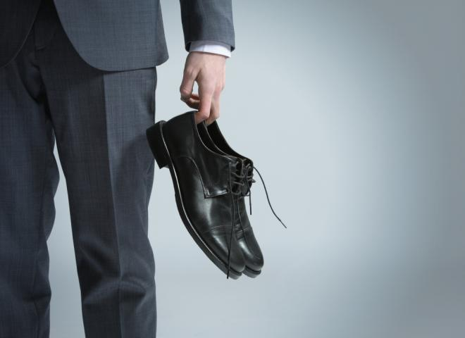 صور كيفية توسيع الحذاء الضيق للرجال , تخطي مشكلة ضيق الحذاء