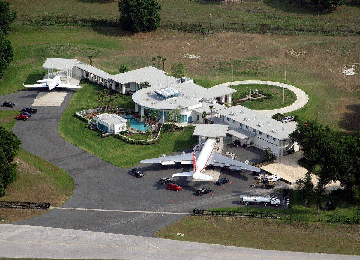 صورة منزل جون ترافولتا , منزل جون ترافولتا اشبه المطار