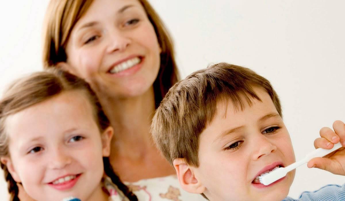 صورة تنظيف الاسنان للاطفال , تفعله كل ام