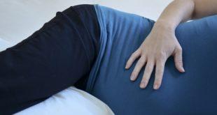 النوم ع البطن للحامل،كيف تنام الحامل بطريقه صحيحه و مريحه